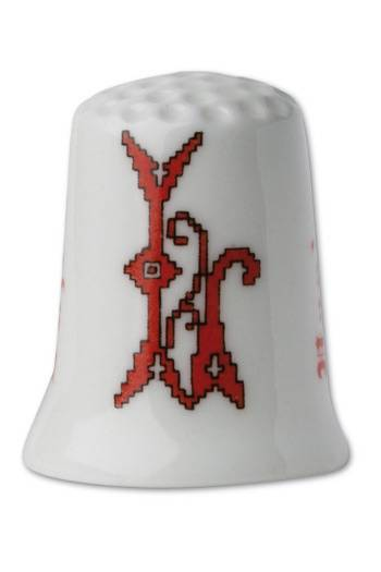 Collectors thimble imitating red crosstich Letter L