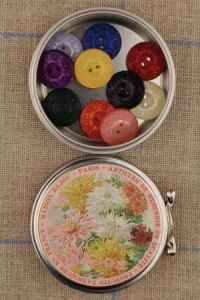 Sajou flower motif metal tin with 10 colour buttons