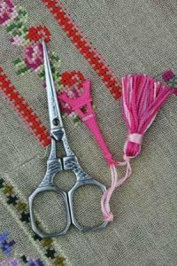 Chromed Eiffel Tower embroidery scissors with pink charm