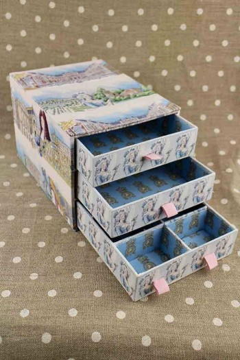Box made with the Versailles fabrics in a cartonnage lesson with Hélène Chalendard
