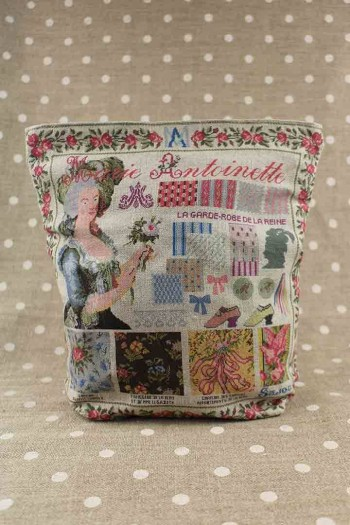 Front of Sajou Marie-Antoinette large linen pouch old rose lining